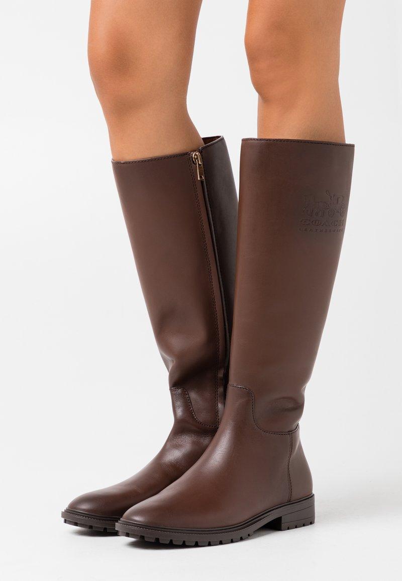 Coach - FYNN BOOT - Boots - walnut
