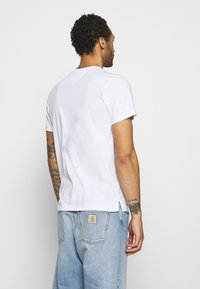 Tommy Jeans - CONTRAST POCKET TEE - T-shirt med print - white - 2