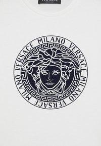 Versace - MAGLIETTA MANICA CORTA - Print T-shirt - bianco lana - 2