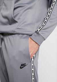 Nike Sportswear - M NSW REPEAT  - Verryttelyhousut - cool grey/black - 3