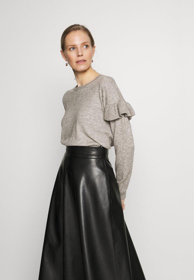 CUDARIN O NECK RUFFLE - Strikkegenser - grey melange