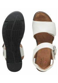 Clarks - LIZBY - Sandalias con plataforma - white leather - 3