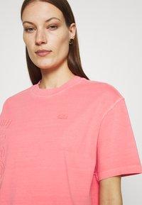Lacoste LIVE - Print T-shirt - amaryllis - 3