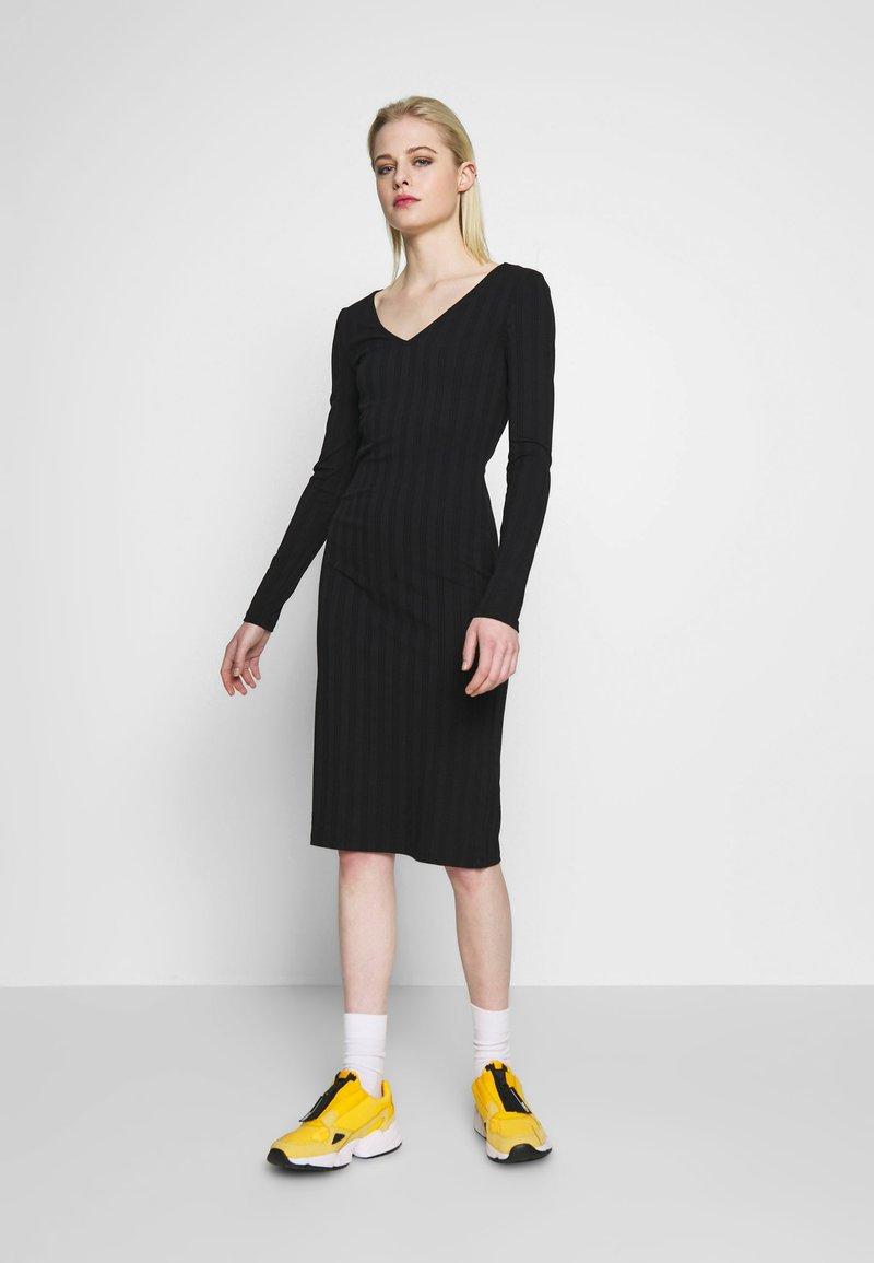 Pieces - PCNING DRESS - Pouzdrové šaty - black
