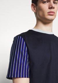 Paul Smith - GENTS OVERSIZE STRIPED SLEEVE - T-shirt imprimé - dark blue - 4