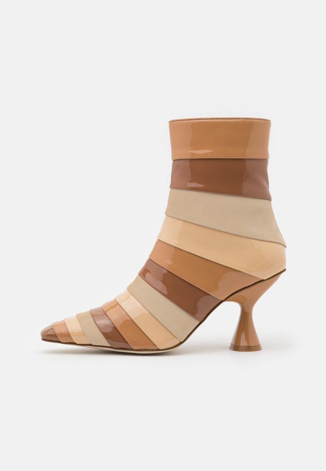 LAYOVER - Korte laarzen - nude/multicolor