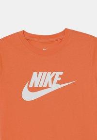 Nike Sportswear - FUTURA ICON - Triko spotiskem - turf orange - 2