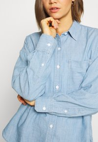 Levi's® - THE RELAXED - Button-down blouse - light blue denim - 5