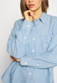 Levi's® - THE RELAXED - Skjorte - light blue denim - 5