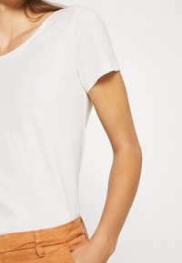 Mos Mosh - ARDEN O NECK TEE - Basic T-shirt - ecru - 5