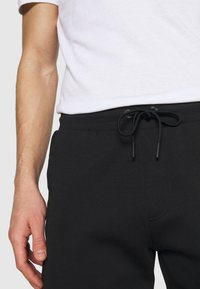 Tommy Hilfiger - MODERN ESSENTIALS PANTS - Trainingsbroek - black - 6