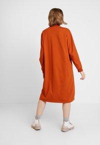 Monki - PLING DRESS - Vapaa-ajan mekko - rust - 2