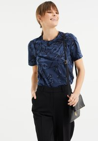 WE Fashion - MET BLOEMENDESSIN - Print T-shirt - blue - 3