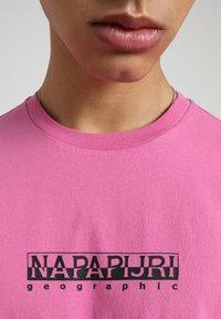 Napapijri - S-BOX   - T-shirt z nadrukiem - pink super - 4