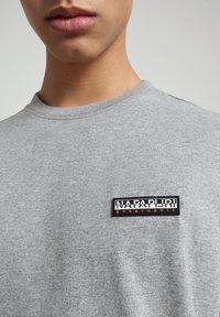 Napapijri - S-PATCH SS - T-shirt - bas - medium grey melange - 4
