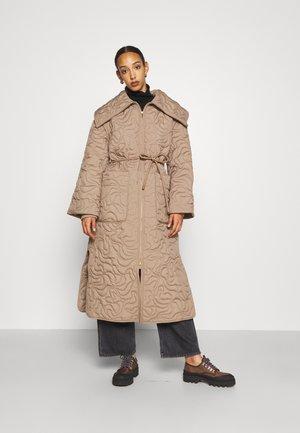 TIAMUS - Classic coat - clay