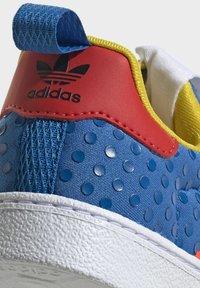 adidas Originals - ADIDAS ORIGINALS ADIDAS X LEGO - SUPERSTAR 360 - Baskets basses - blue/orange/yellow - 8
