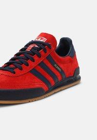 adidas Originals - UNISEX - Matalavartiset tennarit - red/collegiate navy/gold - 6
