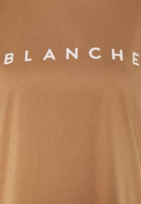 BLANCHE - MAIN CONTRAST - T-shirt imprimé - toasted - 2