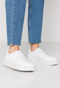 adidas Originals - SLEEK SUPER 72 - Matalavartiset tennarit - footwear white/crystal white - 0