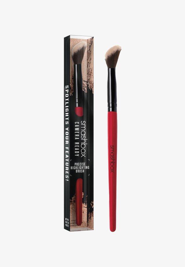 PRECISE HIGHLIGTHING BRUSH - Makeup-børste - -