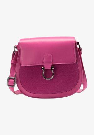 MIT KUNSTFELL - Taška spříčným popruhem - pink