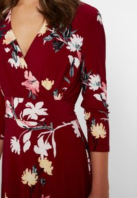 Lauren Ralph Lauren Petite - CARLYNA 3/4 SLEEVE DAY DRESS - Jerseyklänning - vibrant garnet/pink/multi - 6