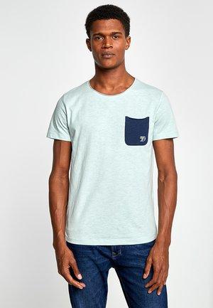 WITH CONTRAST POCKET - Print T-shirt - sea foam green