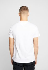 Tommy Jeans - METALLIC FLAG TEE - T-shirt con stampa - white - 2