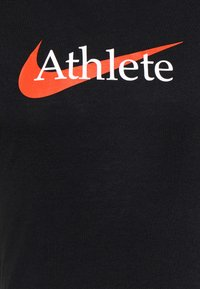 Nike Performance - TEE ATHLETE - T-shirt med print - black/team orange - 6