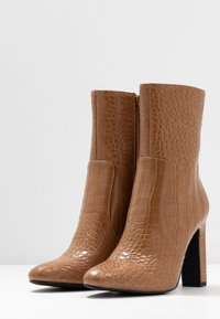NA-KD - GLOSSY BOOTIES - Ankelboots med høye hæler - brown - 4
