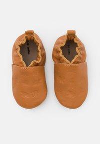 Robeez - BEAR'S WALK UNISEX - Babyschoenen - camel - 0