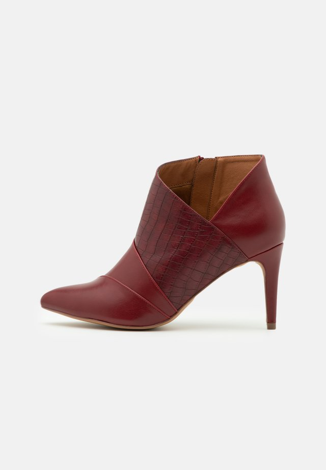 WIDE FIT WILLOUGHBY - Ankle boots - mulberry
