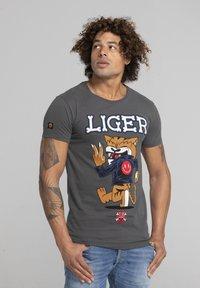 Liger - LIMITED TO 360 PIECES - DARRIN UMBOH - LIGER - T-SHIRT PRINT - Print T-shirt - dark grey - 3