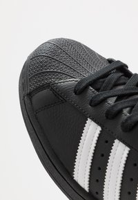 adidas Originals - SUPERSTAR - Sneakersy niskie - core black/footwear white - 5