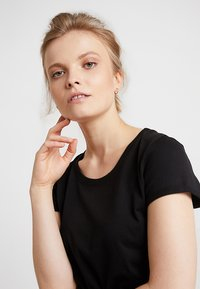 AMOV - ALMA BASIC TEE - T-shirt basique - black - 3