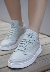 adidas Originals - SUPERCOURT W - Sneakersy niskie - ashsil/ashsil/crywht - 3