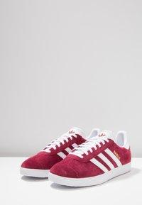 adidas Originals - GAZELLE - Zapatillas - cburgu/ftwwht/ftwwht - 2