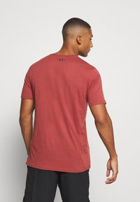Under Armour - T-shirt med print - cinna red - 2