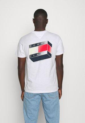 GLOW FLAG GRAPHIC TEE UNISEX - T-shirt med print - white