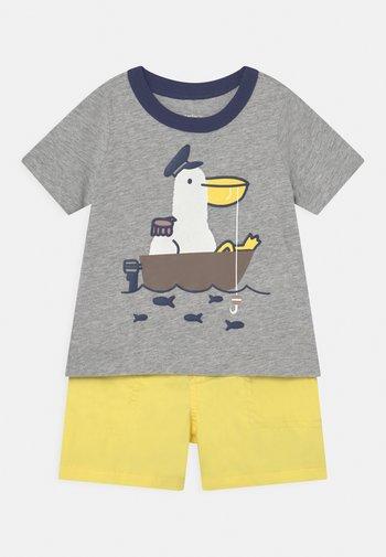 2-Piece Pelican Jersey Tee & Short Set - Kraťasy - mottled grey/yellow
