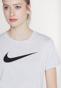 Nike Performance - DRY TEE CREW - T-shirt con stampa - white/black - 4