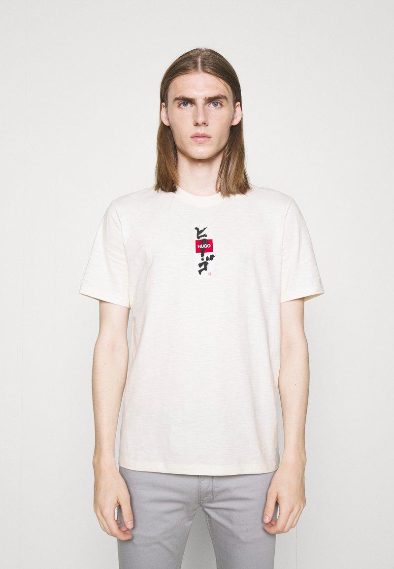 HUGO - DASABI - Print T-shirt - natural