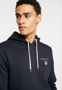GANT - MEDIUM SHIELD HOODIE - Luvtröja - black - 3