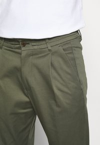 DRYKORN - CHASY - Chinos - mottled olive - 5