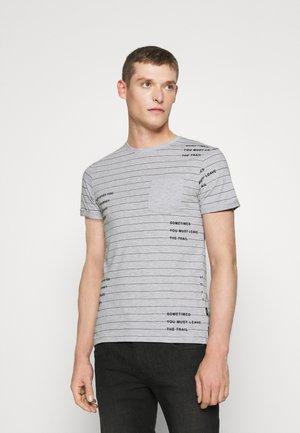 ECHOLS - T-shirt imprimé - light grey