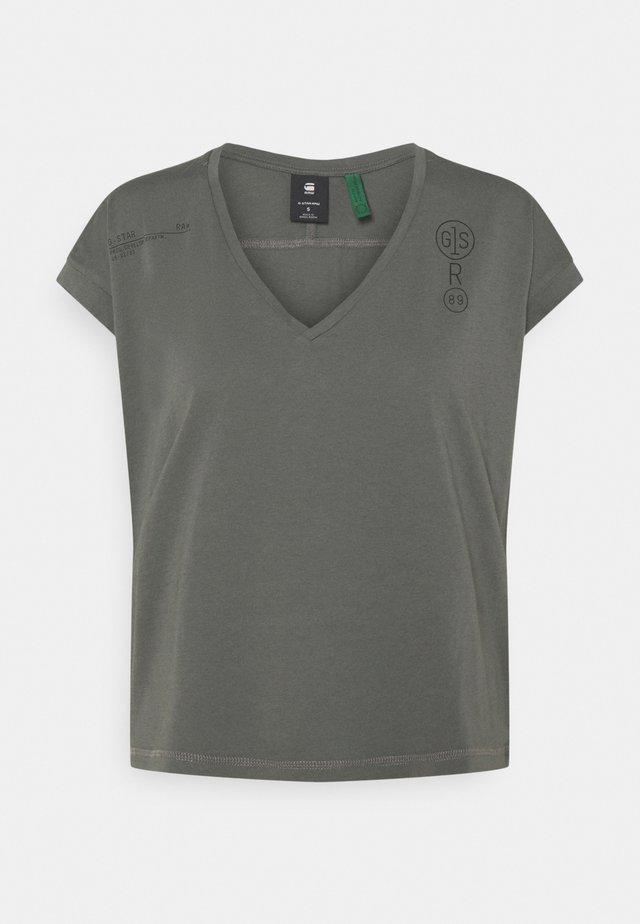 BACKPRINT LOOSE V NECK - T-shirt z nadrukiem - grey