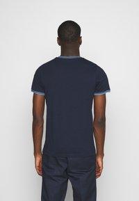 Jack & Jones - JCOCLEAN TEE CREW NECK - T-shirt imprimé - navy blazer - 2