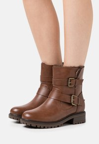 Dorothy Perkins Wide Fit - WIDE FIT ARUBABUCKLE BOOT - Cowboy/biker ankle boot - tan - 0