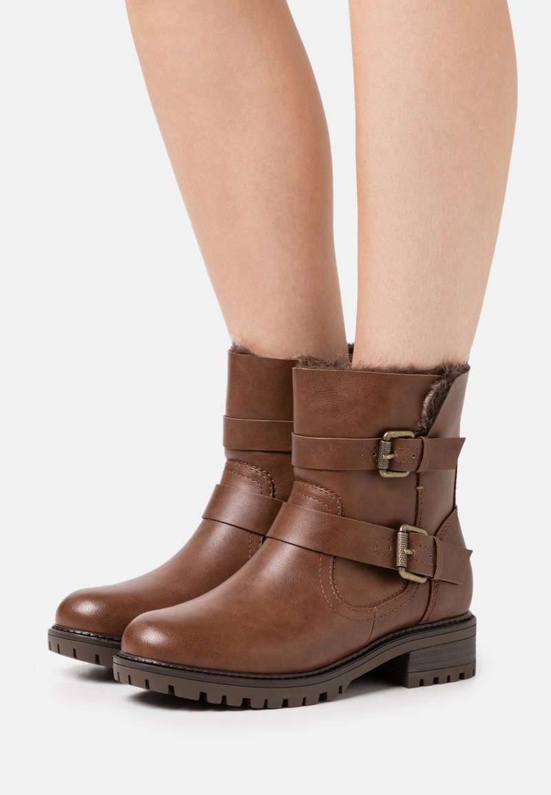 Dorothy Perkins Wide Fit - WIDE FIT ARUBABUCKLE BOOT - Cowboy/biker ankle boot - tan